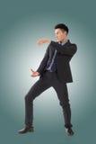 Att rymma poserar av asiatisk affärsman Arkivfoto