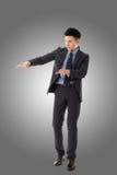 Att rymma poserar av asiatisk affärsman Royaltyfri Bild