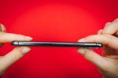 Att rymma in räcker en ny Apple Iphone X flaggskeppsmartphone Arkivbilder