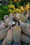 Att sälja ananas bär frukt på den lantliga marknaden Arkivfoto