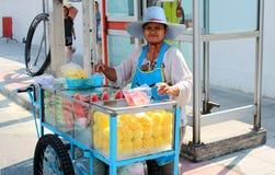 Att sälja bär frukt på gatorna Arkivfoton
