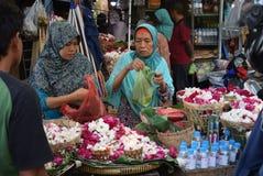 Att sälja blommar på marknaden Arkivbilder