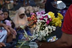 Att sälja blommar på marknaden Royaltyfri Bild