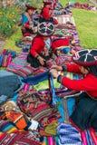 Att sälja för kvinnor handcraft peruanen Anderna Cuzco Peru Royaltyfri Bild