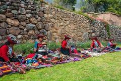 Att sälja för kvinnor handcraft peruanen Anderna Cuzco Peru royaltyfria bilder