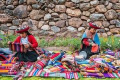 Att sälja för kvinnor handcraft peruanen Anderna Cuzco Peru Arkivbilder