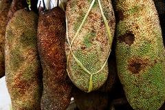 Att sälja stålar bär frukt i matmarknad för öppen luft i Pasar Kumbasari Denpasar Bali Indonesien Royaltyfria Bilder