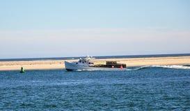 Att samla musslor fartyget går tillbaka till hamnen Royaltyfria Foton