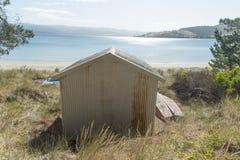 Att se över fjärden på Dennes pekar den Bruny ön Arkivbilder