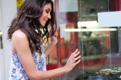 att se shoppar fönsterkvinnan fotografering för bildbyråer