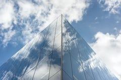 Att se upp på reflexioner på exponeringsglas täckte företags byggnad Fotografering för Bildbyråer