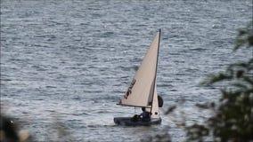 att segla seglar fartygyachtsportar på havet arkivfilmer