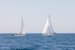 Att segla seglar i Adriatiskt havKroatien Arkivbilder