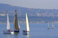 Att segla seglar längs den Varna kusten arkivbild