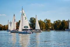Att segla seglar på Donet River nära Rostov-On-Don arkivbilder