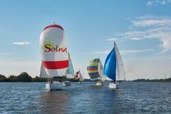 Att segla seglar på Donet River nära Rostov-On-Don royaltyfria foton