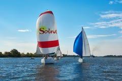 Att segla seglar på Donet River nära Rostov-On-Don royaltyfri bild