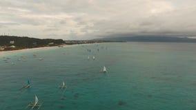 Att segla seglar på solnedgången stock video