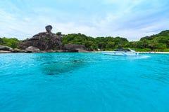Att segla vaggar Donald Duck Rock och det härliga tropiska havet av si Arkivbilder