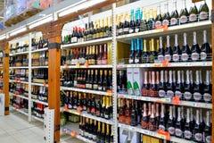 Att shoppa bordlägger med buteljerat mousserande vin i stormarknaden Arkivfoto