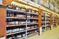 Att shoppa bordlägger med buteljerat vin i stormarknadkarusellen Arkivfoto