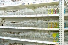 Att shoppa bordlägger med glass exponeringsglas i karusellstormarknaden Fotografering för Bildbyråer