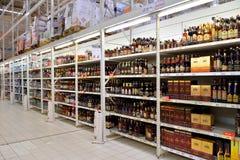 Att shoppa bordlägger med konjak och vin i en stormarknad Karusel Arkivbild