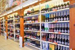 Att shoppa bordlägger med mousserande vin i stormarknadkarusellen Arkivfoton