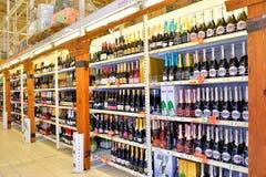 Att shoppa bordlägger med mousserande vin i stormarknadkarusellen Royaltyfria Bilder