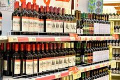 Att shoppa bordlägger med vin från Abchazien och Krasnodaren Regio Royaltyfri Bild