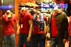att shoppa för dräktskyltdockor frestar fönstret royaltyfria foton