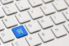 Att shoppa skriver in tangent Arkivfoton