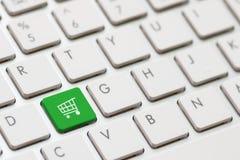 Att shoppa skriver in tangent Arkivfoto