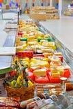 Att shoppa ställer ut av ost i stormarknadkarusellen Arkivfoto
