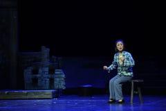 Att sitta på bänken började att brodera den innersulaJiangxi operan en besman Arkivbilder