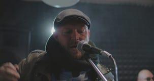 Att sjunga för vokalist vaggar sången som flyger moln av dusr arkivfilmer