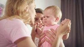 Att skaka för moder går mot behandla som ett barn Den glade familjen har gyckel Gulligt begynnande leende till mamman arkivfilmer