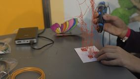 Att skapa för barn leker med 3d pennan, efter-skolan grupper, innovativ teknologi arkivfilmer