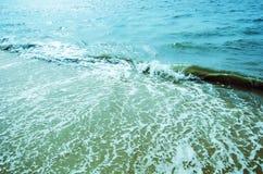 Att skina skvalpar och vinkar på yttersidan av vatten för bakgrund Arkivfoton