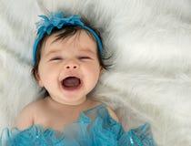 Att skratta behandla som ett barn i blå huvudbindel royaltyfria bilder