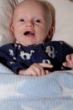 Att skratta behandla som ett barn med Big Blue ögon Arkivbilder