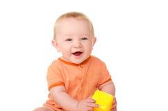Att skratta behandla som ett barn pojken med leksaktegelsten Arkivfoton
