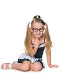 Att skratta lilla flickan sitter royaltyfri fotografi