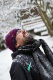 Att skratta mannen är utanför i snön Arkivbilder