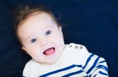 Att skratta som är lyckligt, behandla som ett barn i en marinskjorta Arkivbild
