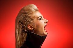 att skrika spela vamp kvinnan Fotografering för Bildbyråer