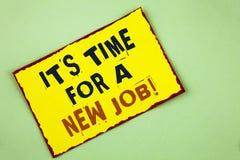 Att skriva anmärkningen som visar det, är Dags för en nya Job Motivational Call Affärsfotoet som ställer ut gör inte fastnat i ga Arkivbild