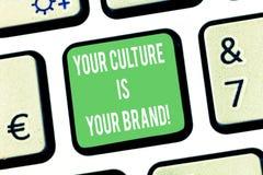 Att skriva anmärkningen som visar din kultur, är ditt märke E royaltyfri foto