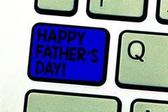 Att skriva anmärkningen som visar lycklig fader s, är dagen Affärsfoto som ställer ut beröm som hedrar farsor och att fira arkivfoto