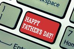 Att skriva anmärkningen som visar lycklig fader s, är dagen Affärsfoto som ställer ut beröm som hedrar farsor och att fira royaltyfria foton